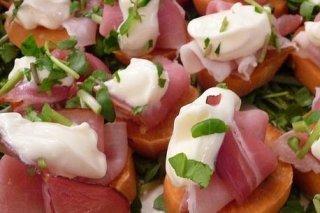 Receta de aperitivos de salmón, tomates o batata para navidad