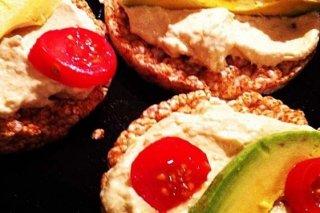 Receta de tortitas de arroz con aguacate, atún y tomate cherry