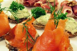Receta de aperitivos fríos con salmón, jamón, queso y nueces