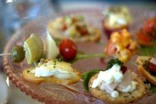 Receta de mini brochetas, cebollitas gratinadas y galletitas con surimi