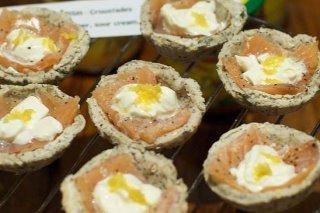 Receta de tartaletas de pan de molde con salmón ahumado y queso