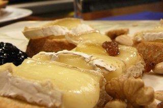 Receta de aperitivos de queso brie con nueces, pasas y dátiles