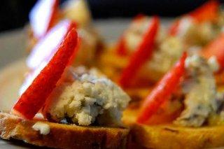 Receta de mini tostas de fresa y queso feta