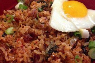 Receta de arroz con bacon y huevo frito