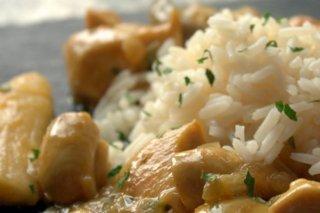 Receta de arroz con pollo al curry, champiñones y leche de coco