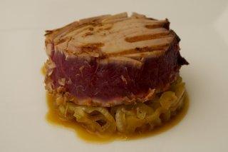 Receta de atún marinado sobre cebolla caramelizada