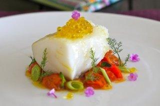 Receta de bacalao con tomate cherry, hinojo y perlas de aceite de oliva