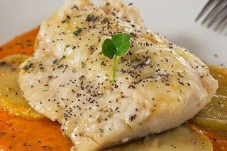 Receta de bacalao confitado en salsa de piquillos