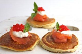 Receta de blinis de salmón ahumado, huevas y queso fresco
