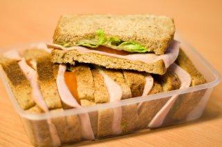 Receta de bocadillo de pavo, ensalada, queso y mayonesa