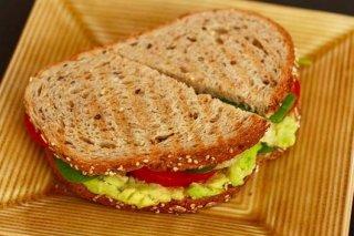 Receta de bocadillo de pan integral con jamón, mozzarella y tomate