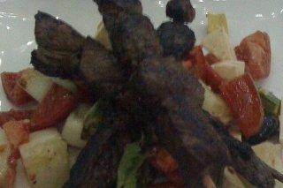 Receta de brocheta de cordero con ensalada de tomate