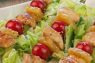 Receta de brochetas de pollo, piña y tomate