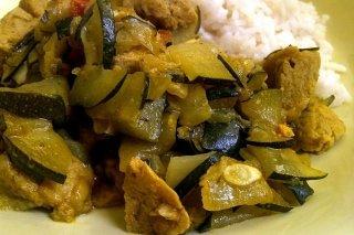 Receta de calabacín con pollo, tomate y curry