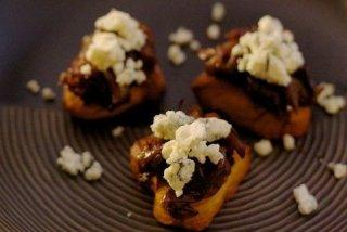 Receta de canapés calientes de hojaldre, queso y cebolla caramelizada