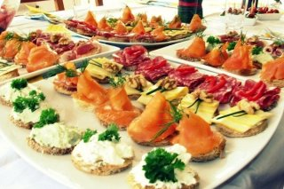Receta de canapés de atún con mayonesa, salmón y salami