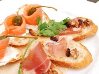 Receta de canapés de salmón, jamón y alcaparras