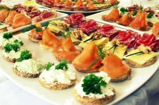 Receta de canapés surtidos de queso, salmón ahumado y salchichón