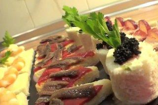 Receta de canapés variados de langostinos, anchoas, paté, salmón y caviar