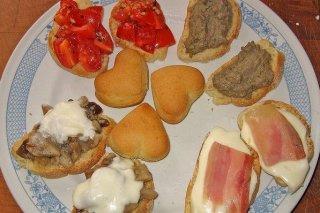 Receta de surtido de canapés de setas, tomate cherry, paté, bacon y queso