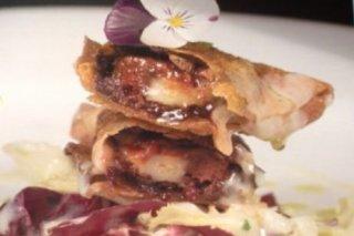 Receta de crujiente de morcilla con torta de la serena y salsa de manzana