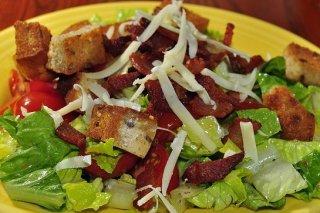 Receta de ensalada con bacón y pan de nueces