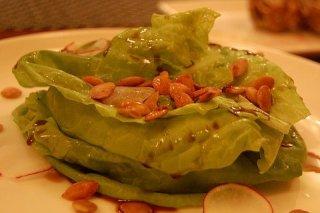 Receta de ensalada con piñones salteados