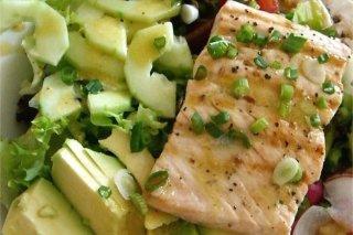 Receta de lomos de salmón fresco con ensalada de ajetes y aguacate