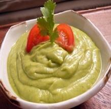 Receta de ensalada con tomate y crema de aguacate