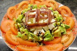 Receta de ensalada de aguacate, tomate, queso blanco y anchoas