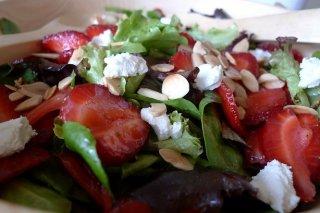 Receta de ensalada de fresas, canónigos y almendras