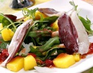 Receta de ensalada de jamón de pato y frutas