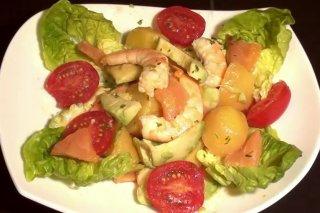 Receta de ensalada de patatas, langostinos y salmón