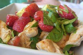 Receta de ensalada de pollo, fresas y aguacate