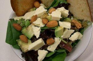 Receta de ensalada de queso feta y aguacate