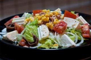 Receta de ensalada de queso fresco con maíz y anchoas