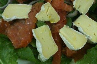 Receta de ensalada de salmón y queso brie