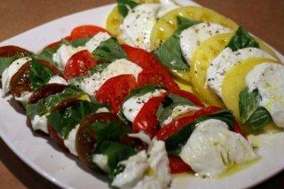 Receta de ensalada de tomate, queso y albahaca