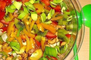 Receta de ensalada de naranja, kiwi, tomate, pimiento y cebolleta