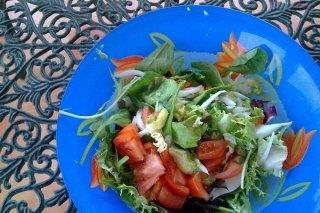Receta de ensalada con tomate, atún y maíz