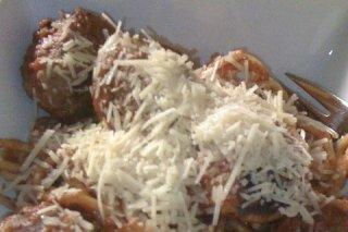 Receta de espaguetis a la albahaca con albóndigas