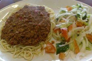 Receta de espaguetis a la boloñesa con ensalada