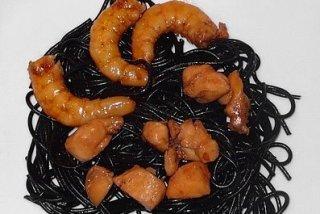Receta de espaguetis al nero di seppia, con pollo y langostinos