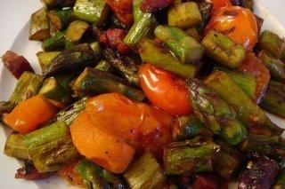 Receta de espárragos salteados con jamón y tomate