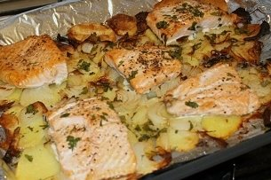 Filete de merluza con patatas al horno receta - Cocinar merluza al horno ...