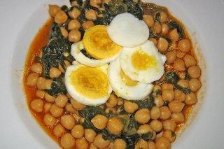 Receta de garbanzos con espinacas y huevo