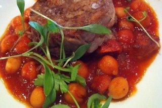 Receta de garbanzos con tomate y carne asada