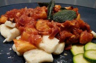 Receta de gnocchi de patata con salsa de tomate y hortalizas
