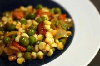 Receta de guisantes con maíz tierno y bacon