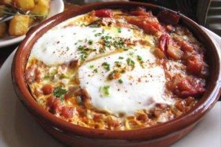 Receta de huevos al horno con jamón y verduras
